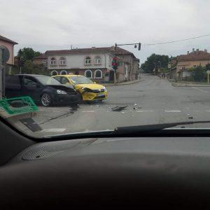 Две коли се удариха на възлово кръстовище в Разград