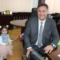 Деца сурвакаха областния управител Гюнай Хюсмен по повод ромската Нова година
