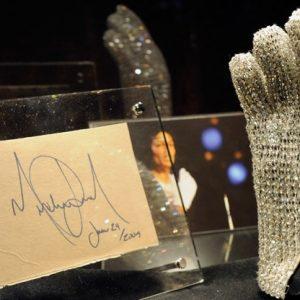 Продадоха на търг бялата ръкавица на Майкъл Джаксън
