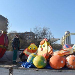 """Работниците от ОП """"Паркстрой"""" поставиха великденска украса в централната част на Разград"""