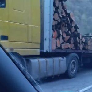 """Движението около """"Боаза"""" е затруднено заради разпилян дървен материал (СНИМКИ)"""